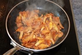 Suer les Girolles à feu vif avec 10 gr de beurre