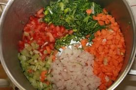 Réunir dans le faitout, tous les ingrédients, carottes, poireaux, céleri, tomates, et filet de merlan
