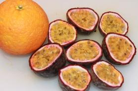 Coupez en deux les fruits de la Passion et l'orange