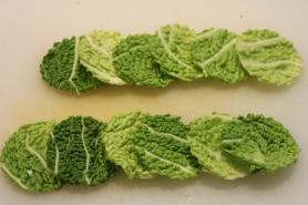 Découpez à l'emporte-pièce des cercles dans les feuilles de choux verts