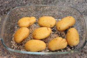 Faire cuire au four les pommes de terre.
