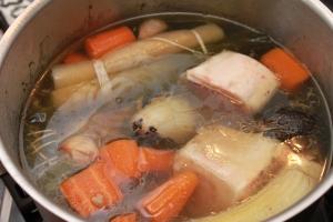 Mettre en cuisson les os à moelle, pendant une bonne heure. réservez