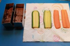 Taillez les carottes et les courgettes à la mandoline. Les-cuire à l'anglaise