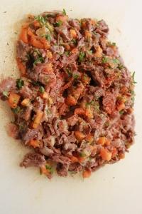 Effilochez la queue de bœuf, la-taillez au couteau. Assaisonnez. Ajouter les légumes de cuisson, carottes, poireaux, céleri...