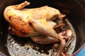 Colorez la volaille sur toutes les faces. Ajoutez les gousses d'ail en chemises, la fleur de sel de Guérande, salez et poivrez.