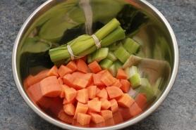 Taillez les carottes, le céleri, confectionnez le bouquet garni