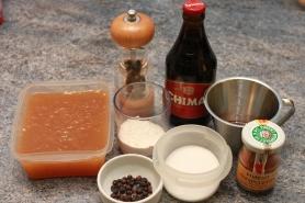 Fond de volaille ou veau, genièvre, sel, poivre, piment Espelette, bière, vinaigre de cidre