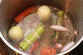 Mettre en cuisson le court bouillon.