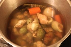 Laisser refroidir les bulots dans le court bouillon.