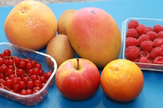 Lavez et pelez les fruits